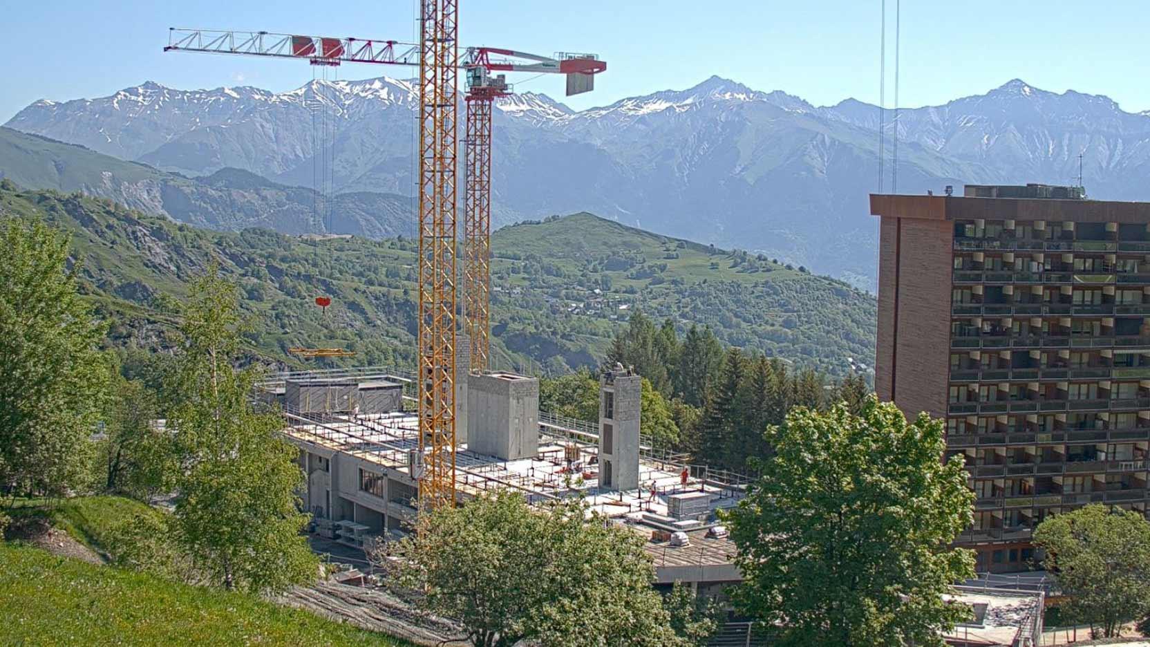 À peine sortis du confinement, le groupe Maulin.ski et Ossabois posent les modules de la 1ère résidence hôtelière conçue en 100 % modulaire bois dans une station de ski